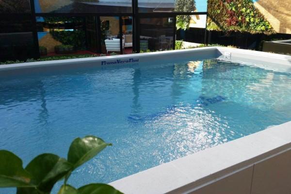 piscina con giardino